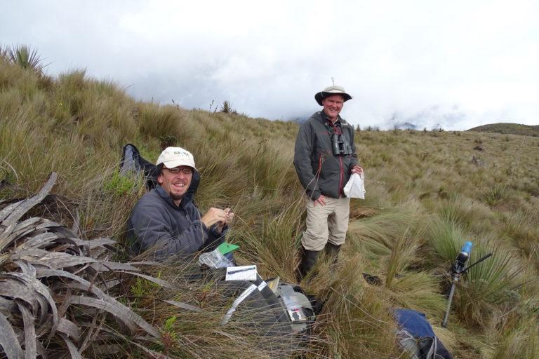 Los investigadores Juan Freile y Jonas Nilssonen en la zona donde fue encontrado el colibrí estrella de garganta azul. Foto: Francisco Sornoza.