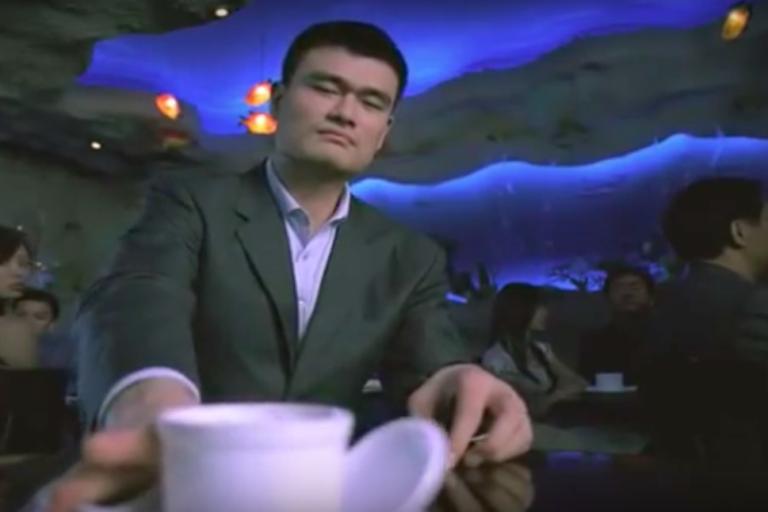 El basquetbolista Yao Ming formó parte de una campaña en contra del consumo de aletas de tiburón. Foto: WildAid.