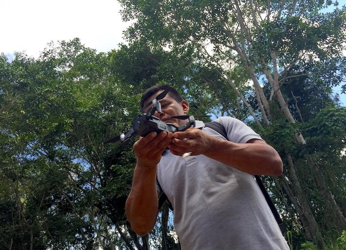 Teddy Cairuna arma el drone para demostrarnos como lo utilizan para cuidar sus bosques. Foto: Alexa Vélez.