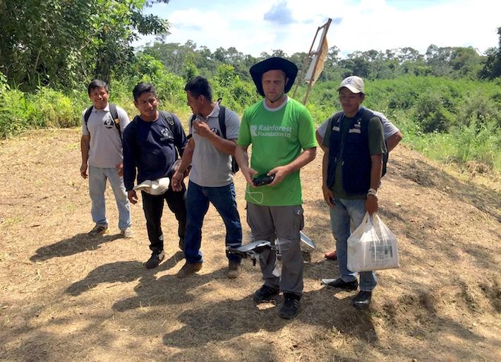Tom Bewick de Rainforest Foundation maneja el drone junto a los pobladores de Nuevo Saposoa y Patria Nueva. Foto: Alexa Vélez.