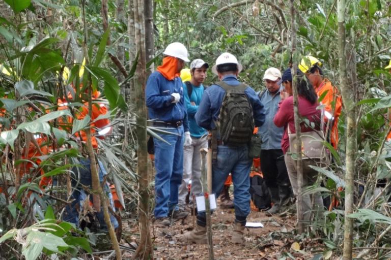 Monitores ambientales en pleno trabajo de supervisión de la labor de las operaciones de BGP Bolivia. Foto: Monitores Socioambientales.