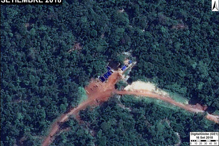 Un campamento instalado al borde de una carretera en la región de Loreto. Fuente: DigitalGlobe / MAAP.