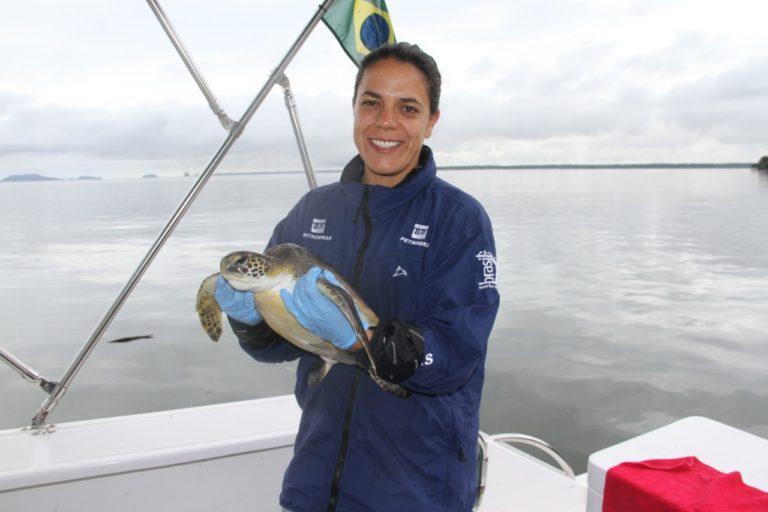 María Camila Rosso estuvo tres meses en Brasil estudiando las relaciones entre delfín gris y el puerto granelero más grande de Sudamérica. Foto: Cortesía María Camila Rosso.