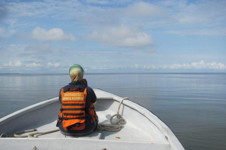 La Armada Nacional ha sido un aliado en la investigación sobre delfines de María Camila Rosso en Urabá. Foto: Alejandro Sandoval.