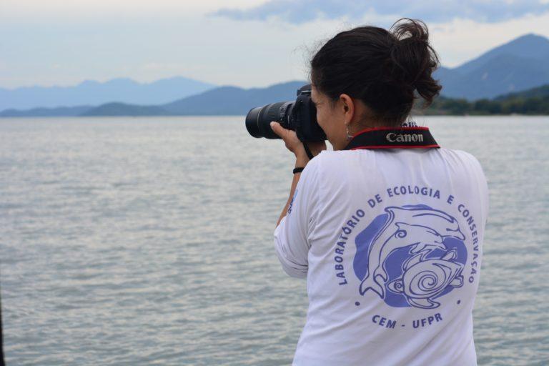 María Camila Rosso estudiando el delfín gris en Brasil. Foto: Lara Gama Vidal del Laboratorio de Ecología y Conservación de la Universidad Federal de Paraná.