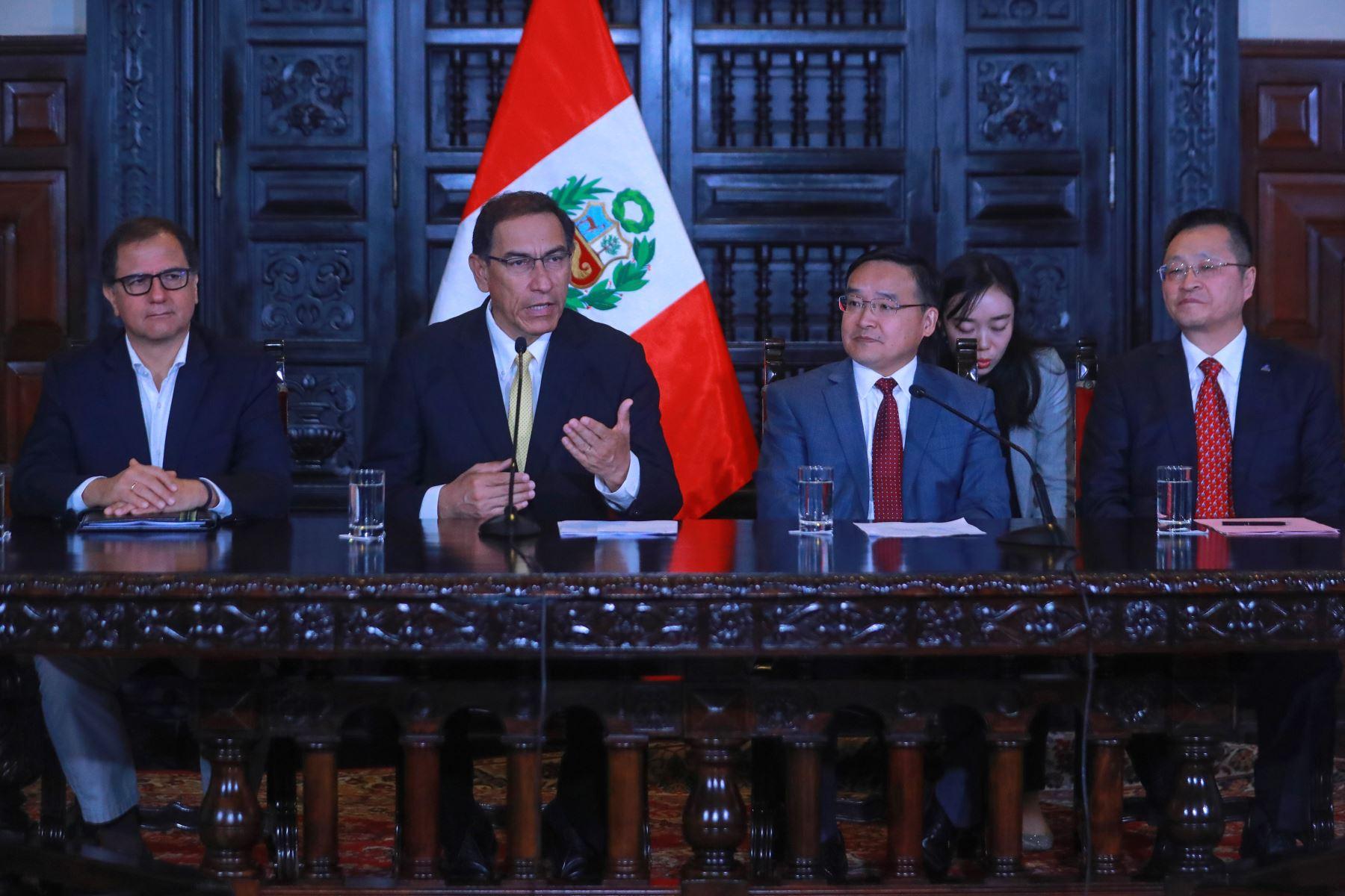 El presidente peruano Martín Vizcarra en reunión con el embajador de China en Perú, Jia Guide. Foto: Agencia Andina.
