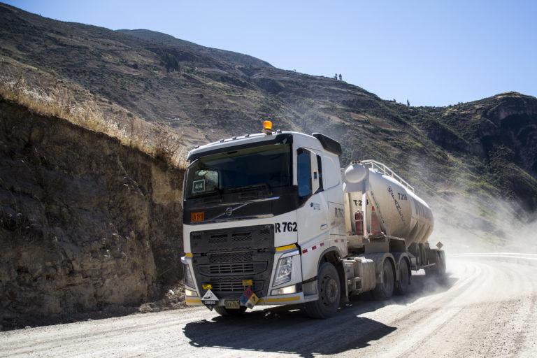 Más de 300 vehiculos del proyecto Las Bambas transitan por carretera que ocasiona problemas ambientales. Foto: Hiperactiva Comunicaciones.
