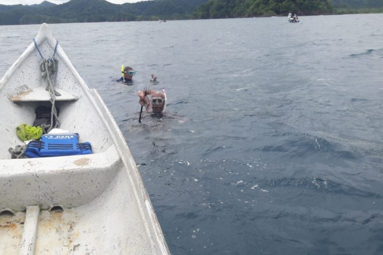 Extracción de pez león en el Santuario, sitio denominado Rocas de Jando. Foto: Parques Nacionales Naturales de Colombia.