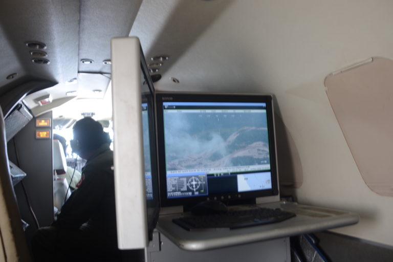 En las pantallas ubicadas dentro del avión C26-B se va monitoreando el sobrevuelo. Foto: Yvette Sierra Praeli.