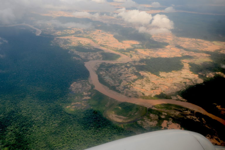 Una vista aérea de cómo afecta la minería ilegal a la Reserva Nacional Tambopata. Foto: Yvette Sierra Praeli.