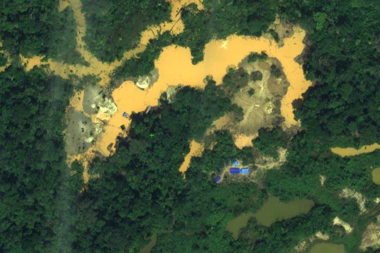 La minería ilegal se abre paso en medio del tupido bosque en la zona donde se ubica la Reserva Nacional Tambopata. Foto: CEVAN / Fuerza Aérea del Perú.