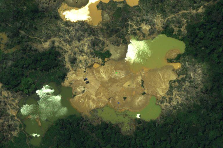 Campamentos y pozas con mercurio son fotografiadas desde el aire con las cámaras instaladas en los aviones C26-B. Foto: CEVAN / Fuerza Aérea del Perú.