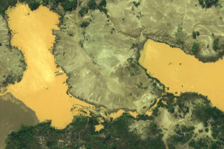 Desde el aire se observan los pozos que contienen mercurio producto de la extracción ilegal de oro. (Foto: FAP).