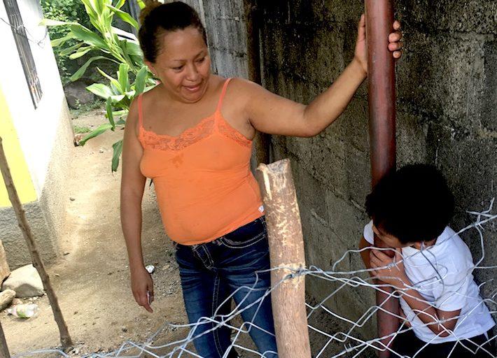 Enny Gutiérrez junto a su hijo Jefferson, de 7 años. Su familia sufre por la escasez de agua. Foto: Rubén Escobar.