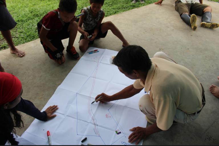 En un momento de evaluación para preparar el monitoreo de sus bosques. Foto: Rainforest Foundation US.