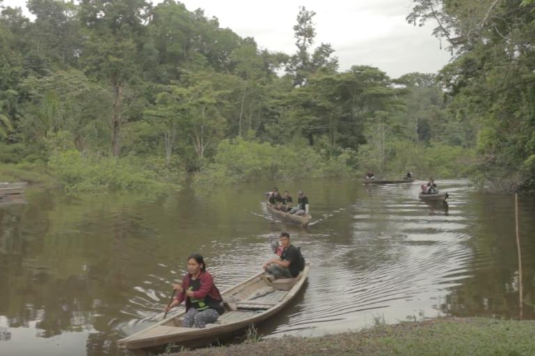 Los pueblos indígenas supervisan su territorio para enfrentar las actividades ilegales. Foto: Rainforest Foundation US.