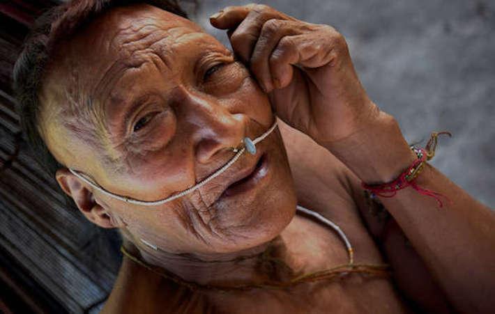 Un anciano Nahua. Desde la década del 80 del siglo pasado este pueblo inició un proceso de contacto inicial que tuvo fatales consecuencias. Aún hoy es vulnerable. Crédito: Johan Wildhage/Survival.