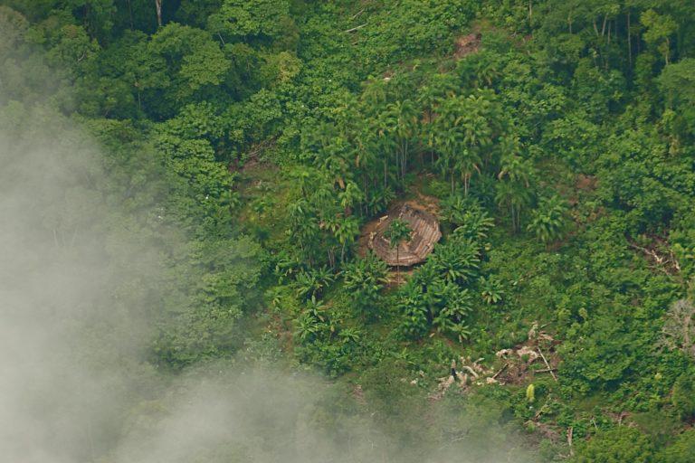 Maloca (casa sagrada) de los pueblos indígenas aislados en la Amazonía colombiana. Foto: Cristobal von Rothkirck, libro Cariba malo.