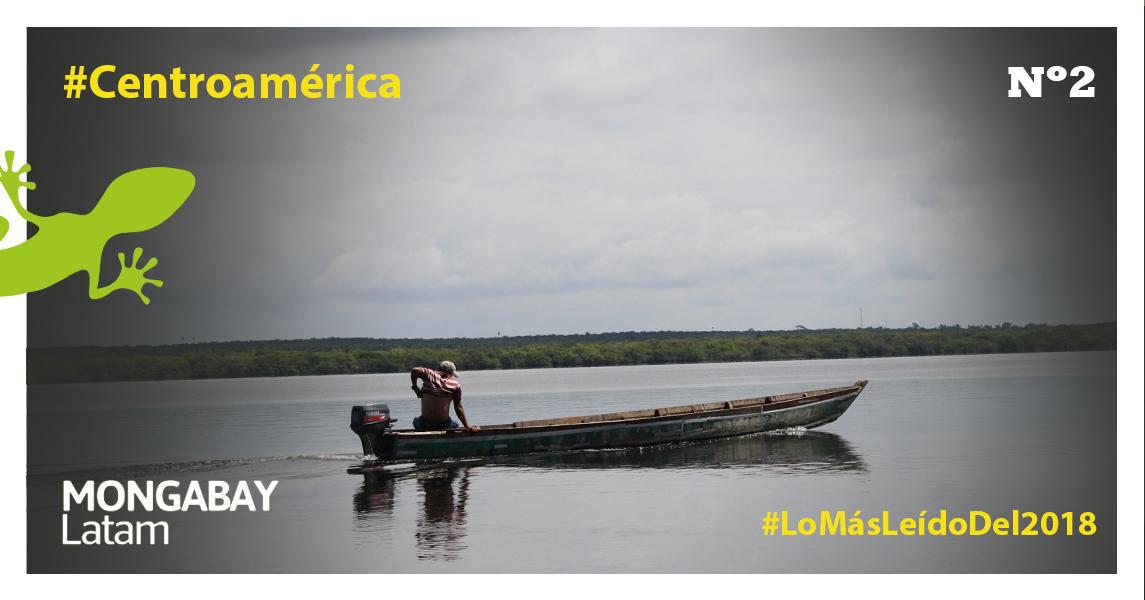 Un poblador atraviesa la Laguna Petexbatun, que recibe afluentes del río La Pasión. Foto: Bill Barreto