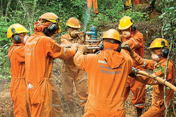 Trabajadores de BGP Bolivia en trabajos de exploración en la Amazonía boliviana. Foto: Energía Bolivia.