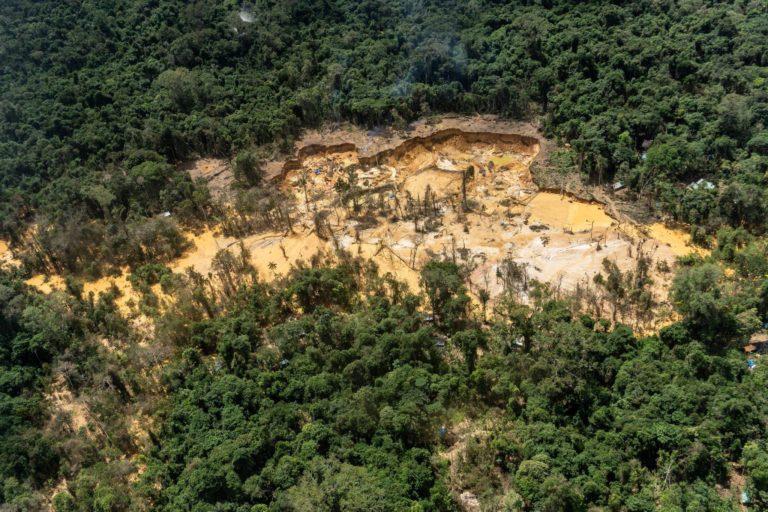 Vista aérea de zonas de extracción ilegal de oro en el territorio indígena Yanomami. Foto: Rogério Assis / ISA.