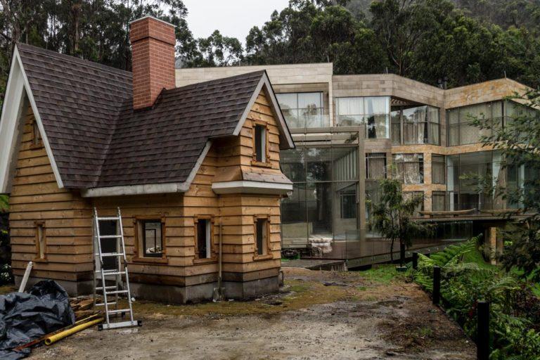 La autoridad ambiental ha dado la orden de demoler esta lujosa casa pues se construyó en área protegida. Foto: CAR.
