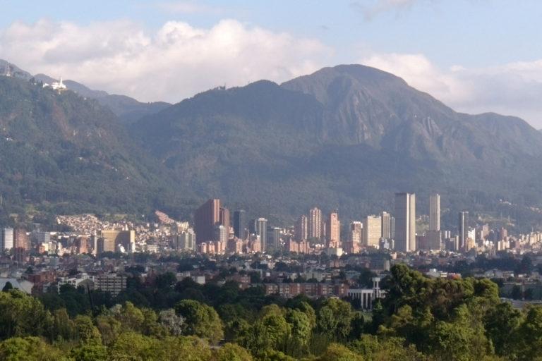 La capital colombiana en medio de la niebla y al fondo la Reserva Forestal Protectora Bosque Oriental de Bogotá. Foto: Jan Arkesteijn - Wikimedia Commons.