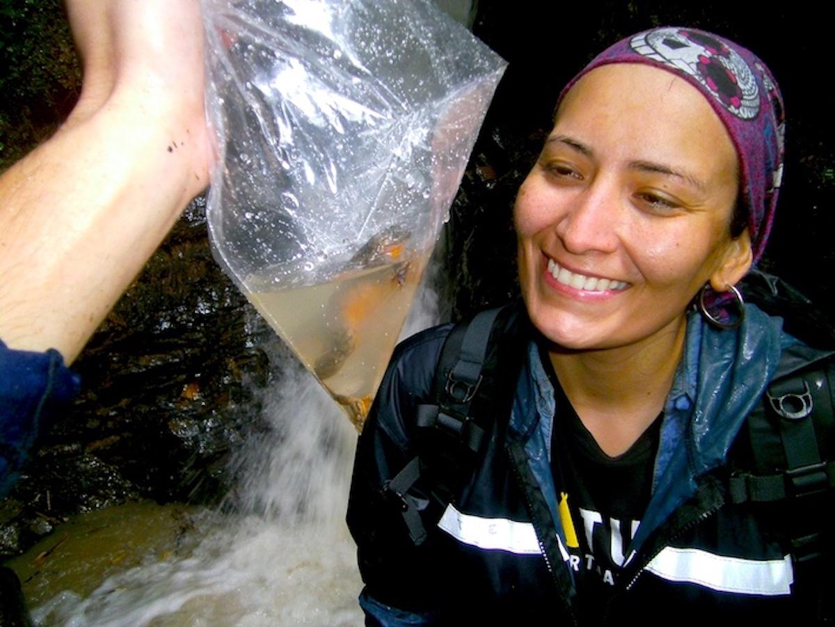 Teresa Camacho, líder de la expedición, sonríe frente al hallazgo de Julieta. Foto: Stephane Knoll/ Museo de Historia Natural Alcide d'Orbigny.