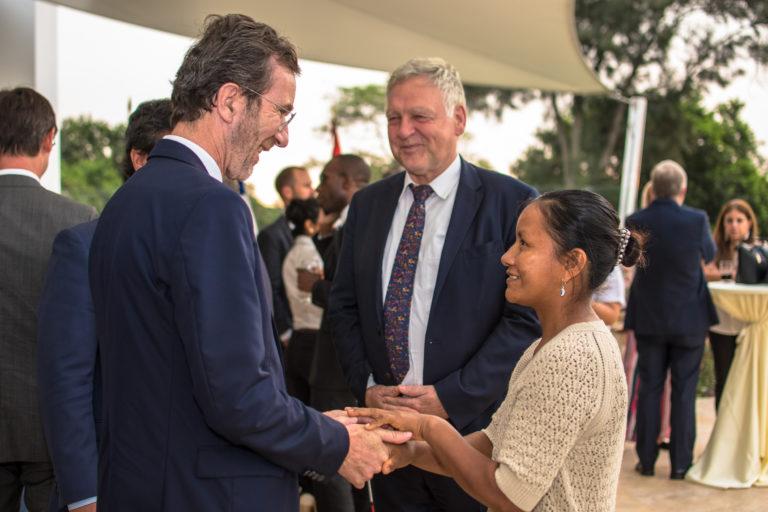 Liz en amena conversación con el embajador de Francia, Antoine Grassin. Cerca el embajador de Alemania, Stefan Herzberg. Foto: Javier Fernández-Maldonado/FZS Perú.