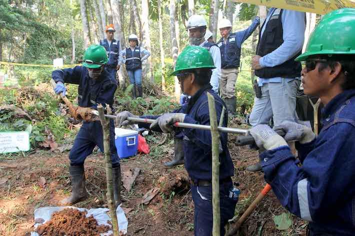 Como parte de la preparación para la remediación de sitios contaminados, los trabajadores toman una muestra de suelo de un área utilizada como vertedero de desechos cerca de Nuevo Andoas en el Bloque 192. Foto: © Barbara Fraser.
