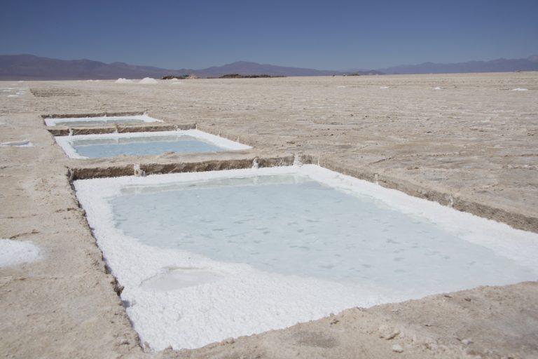 Litio en Sudamérica Las piletas de evaporación forman parte del proceso de extracción del litio. Foto: Rodolfo Chisleanschi.