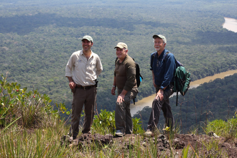 Esteban con sus maestros Alan Rabinowitz y Howard Quigley, en Chiribiquete, Colombia. Foto: SantiagoWills.