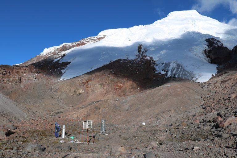 La tierra que queda libre de hielo tarda entre 30 y 50 años en repoblarse por otros otros organismos. Foto: Inamhi.