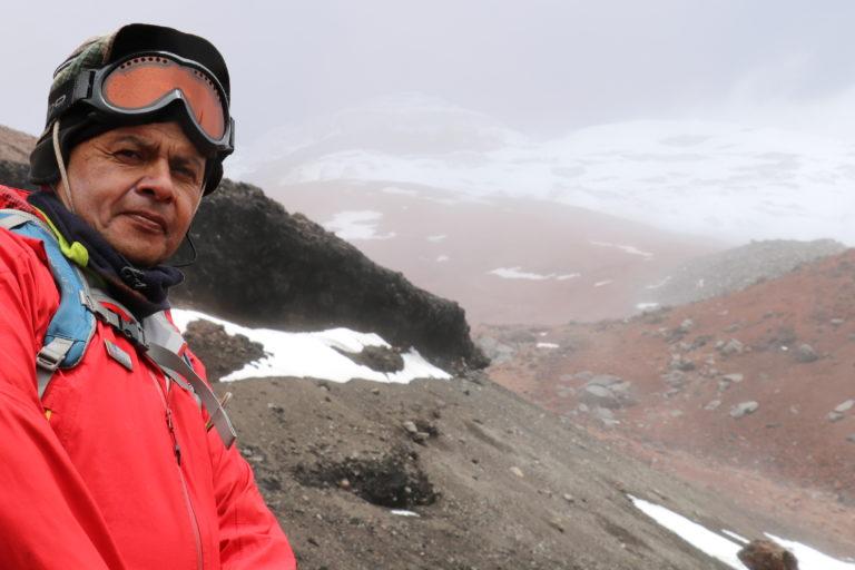 Bolívar Cáceres lleva más de 20 años dedicado al estudio de los glaciares en Ecuador. Foto: Inamhi.