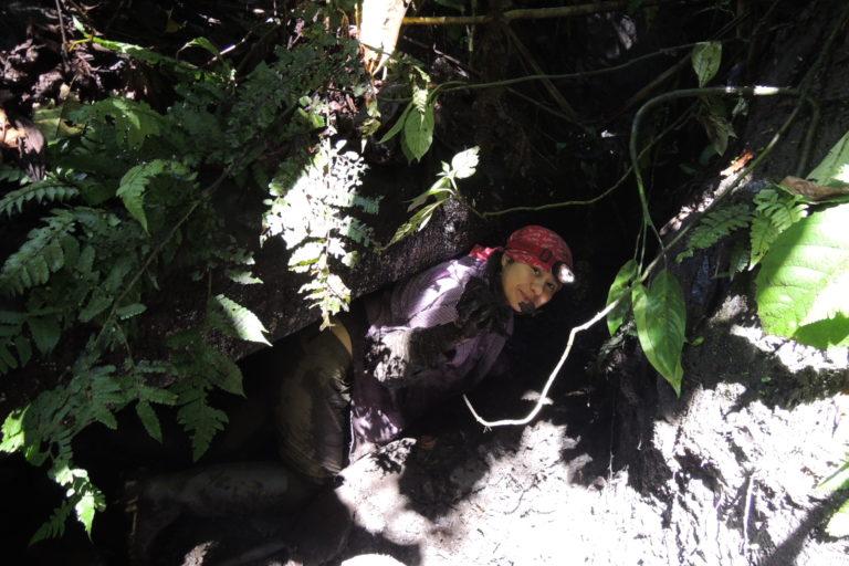 Cerca de una quebrada, entre rocas y lodo transcurrían las jornadas de la bióloga Maribel Arias. Foto: Cortesía Maribel Arias.