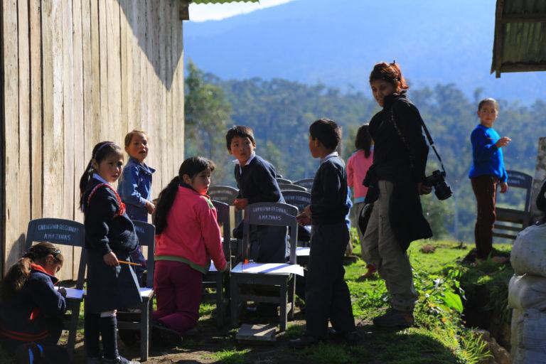 En una comunidad peruana, compartiendo con los niños. Foto: Rainer Bussmann.