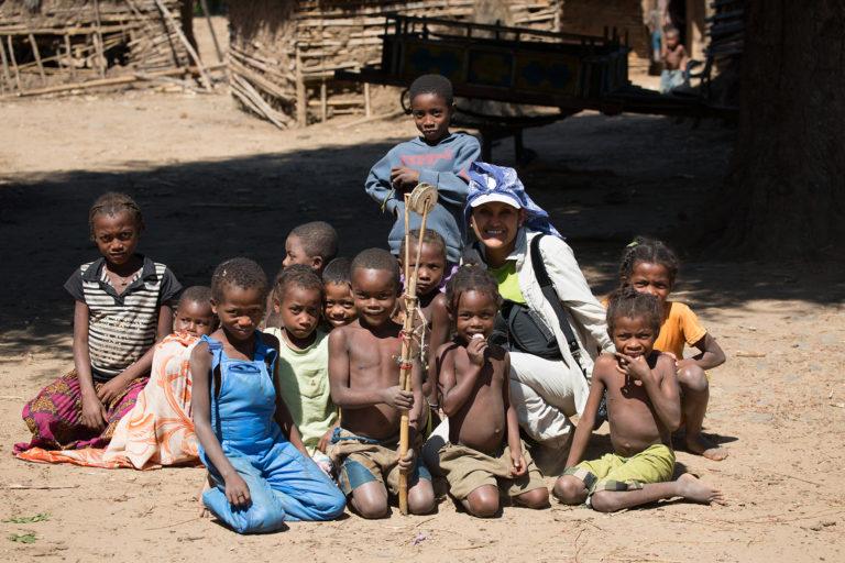 La investigadora boliviana con un grupo de niños durante sus investigaciones en Madagascar. Foto: Archivo personal.