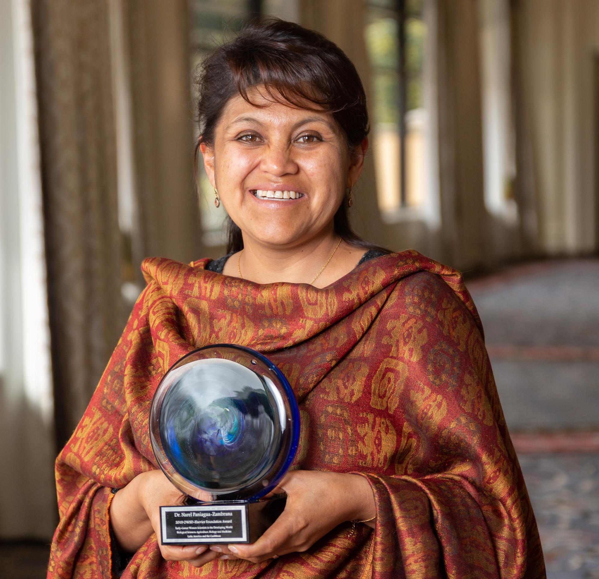 Ganadora del premio de la Fundación Elsevier ha pedido al presidente Evo Morales que se declare el Día Nacional de la Mujer Científica Boliviana. Foto: Fundación Elsevier.