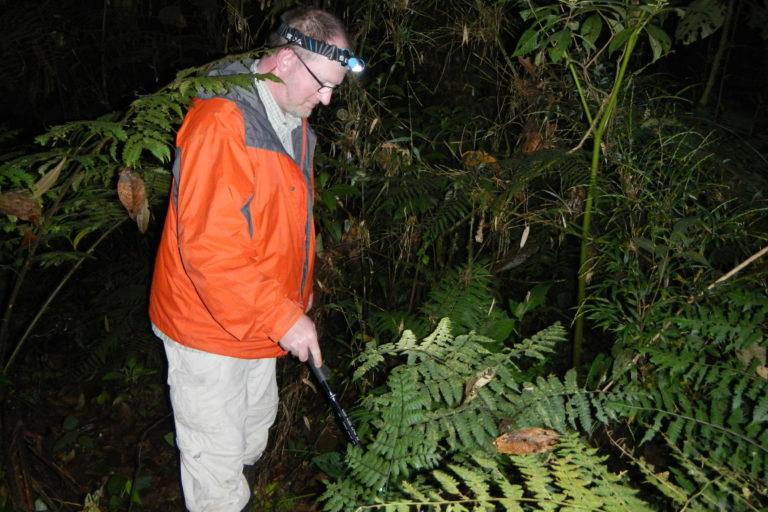 El científico alemán durante una de sus expediciones en el Bosque de Protección Pui Pui. Foto: Rudolf von May.