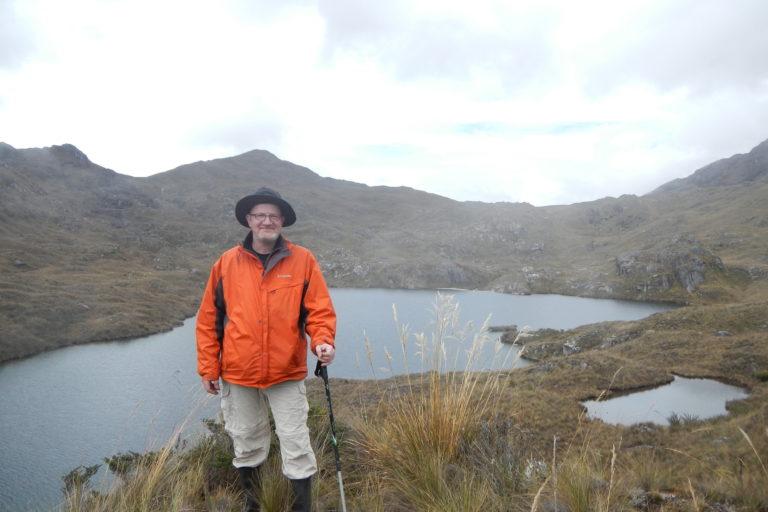 El científico alemán Edgar Lehr en la laguna Sinchon, en el Bosque de Protección Pui Pui. Foto: R. von May.