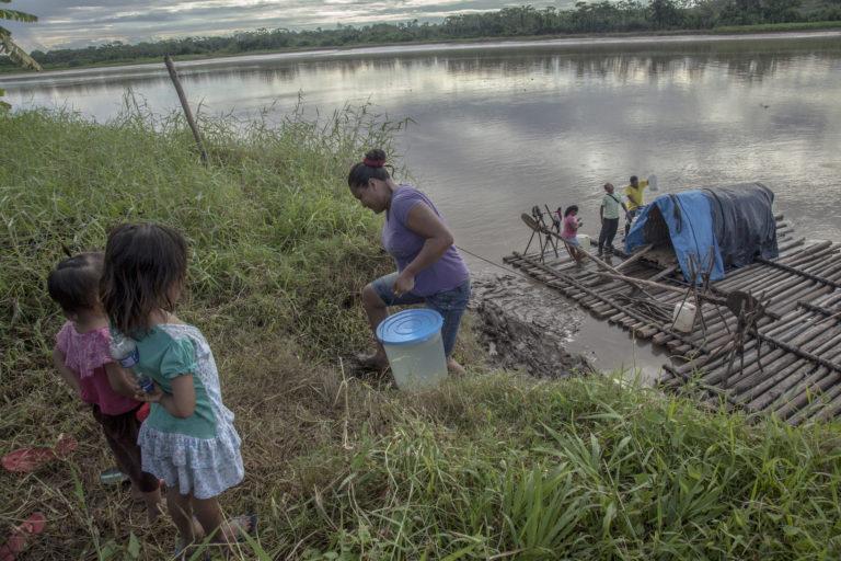Las poblaciones que habitan en los márgenes de los ríos se abastecen de agua y alimentos en ellos. Foto: DAR.