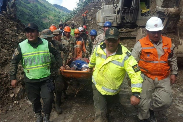 Rescate de heridos y fallecidos a consecuencia de los deslizamientos en las carreteras de Bolivia. Foto: Ministerio de Defensa.