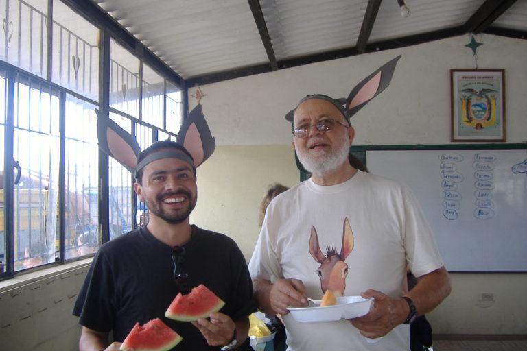 Giovanni Onore junto a Álvaro Barragán en una de las actividades educativas para niños de la Fundación Otonga. Foto: Fundación Otonga/Álvaro Barragán.