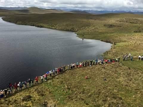 Cadena humana en defensa de los páramos de Quimsacocha. Foto: Bolívar Quezada.