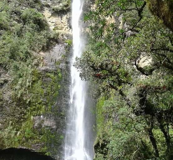 Cascada de chorro de Girón, un lugar turístico donde, además, el pueblo de Girón capta agua. Foto: Bolívar Quezada.