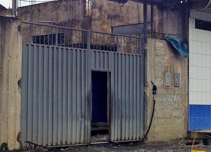 Algunas viviendas son menos evidentes y solo tienen alguna señal de venta del petróleo como esta manguera que cuelga al lado de la puerta. Foto: Vanessa Romo / Mongabay Latam.