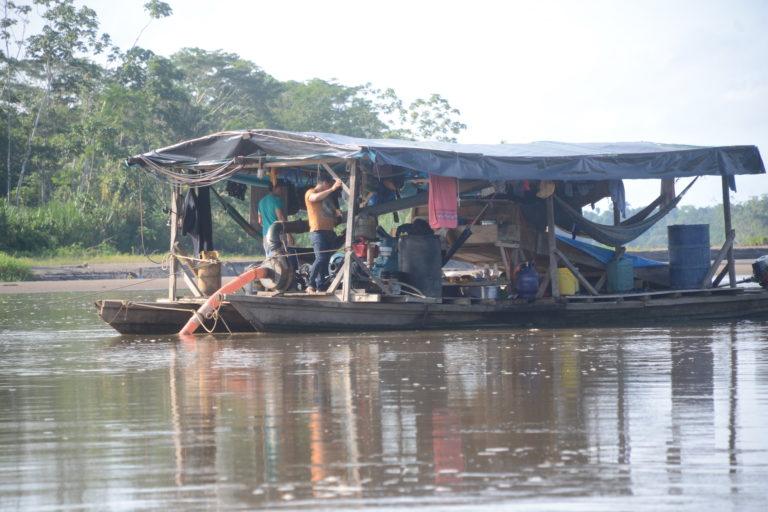 Pequedragas navegan el río Napo para extraer oro ilegal. Foto: Yvette Sierra Praeli.