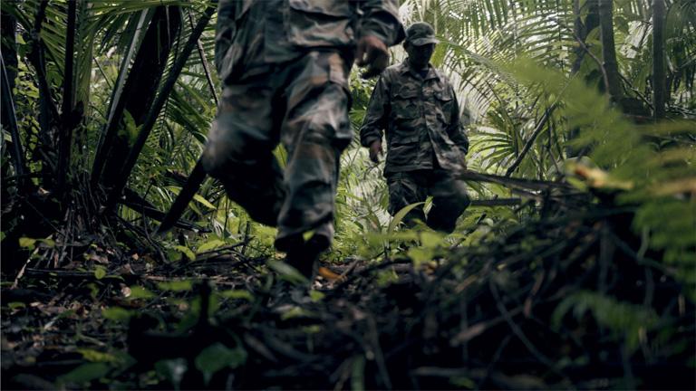 Guardaparques caminan a través de un bosque de Belice. Imagen cortesía de WCS, Belice.