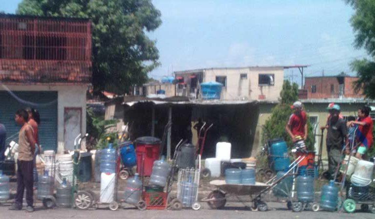 La gente tuvo mucha paciencia mientras esperaba en fila para conseguir agua de las tuberías durante el apagón. Imagen de Jeanfreddy Gutiérrez Torres