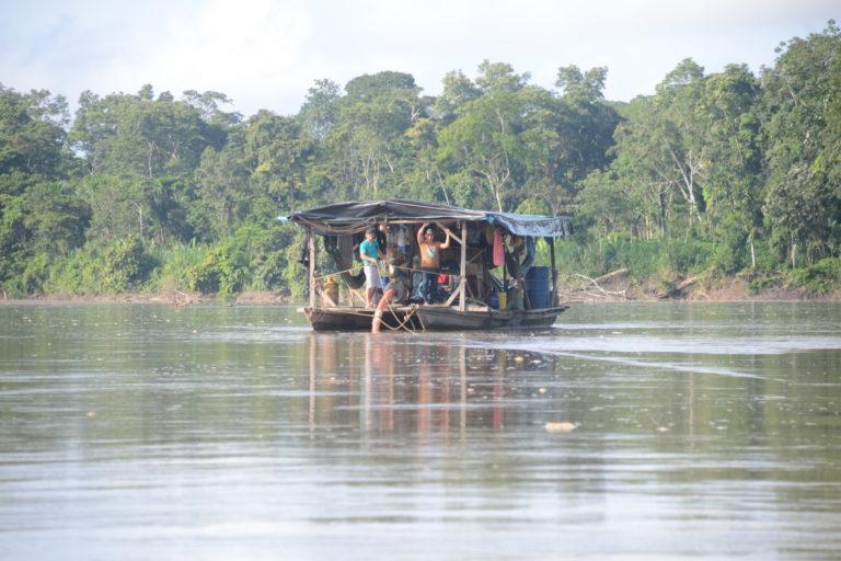 En abril de 2019, Mongabay Latam recorrió el río Napo y logro observar por lo menos seis 'pequedragas' realizando actividades de minería ilegal. Foto: Yvette Sierra Praeli.